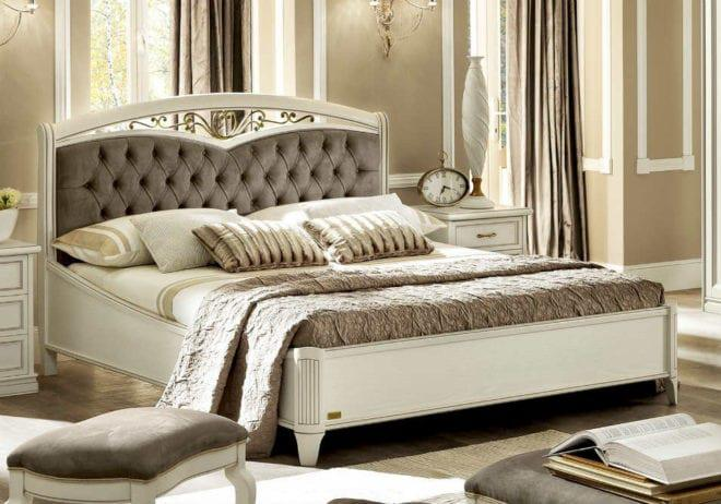 Κλασσικό λευκό κρεβάτι