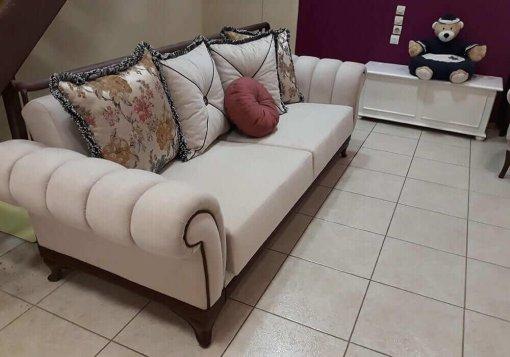 Μαξιλαράτος τριθέσιος καναπές κρεβάτι σε εκρού χρώμα
