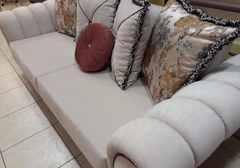τριθέσιος καναπές κρεβάτι σε εκρού χρώμα