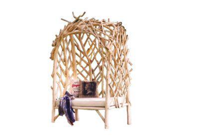 καναπές με διάτρητη σκεπή από κλαδιά δέντρου