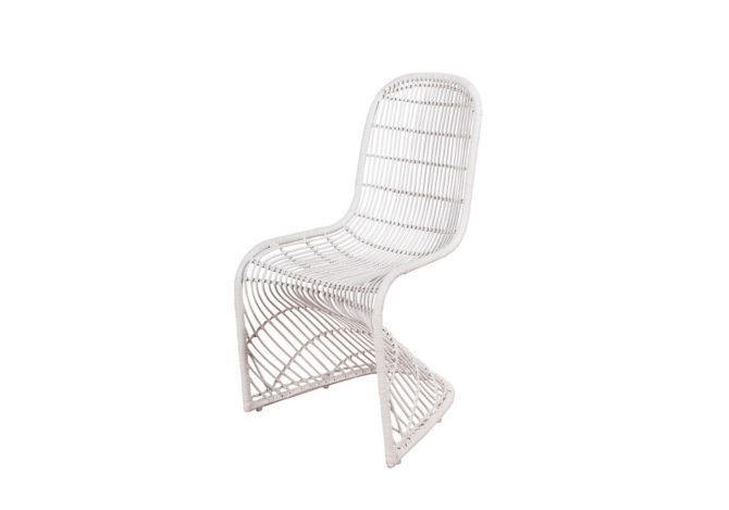 Λευκή καρέκλα κατασκευασμένη από μέταλλο και φυσικό ραττάν