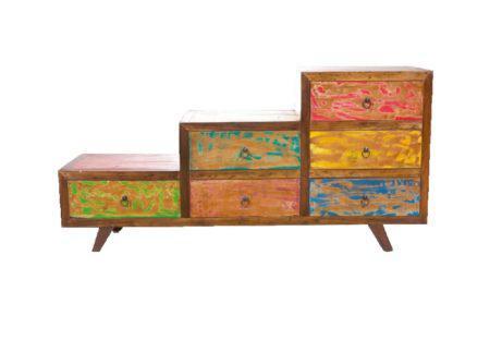 πολύχρωμη συρταριέρα σε παραδοσιακό στυλ