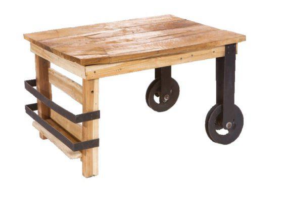 ξύλινο τραπέζι με ροδάκια από σίδερο