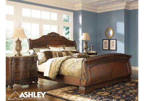 Σκαλιστό κλασικό κρεβάτι με 2 κομοδίνα σετ Ashley North Shore