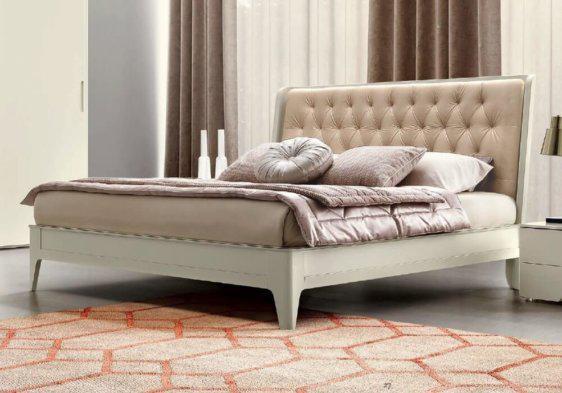 Λευκό κρεβάτι με καπιτονέ κεφαλάρι