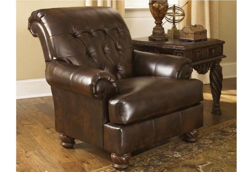 Πολυθρόνα σε σοκολά τεχνόδερμα Fresco από την Ashley