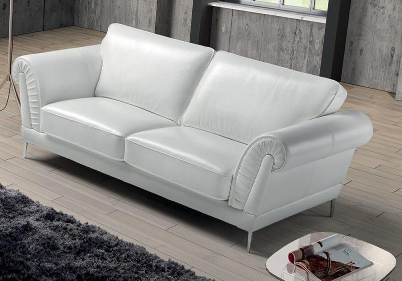 Λευκός καναπές με καμπυλωτά μπράτσα