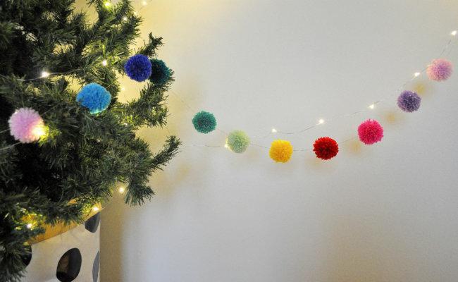 Ιδέες χριστουγεννιάτικης διακόσμησης, γιρλάντα με pom pom