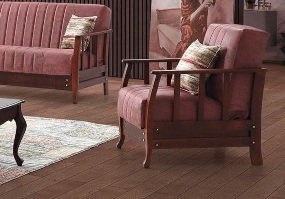 Ρετρό πολυθρόνα σε σκούρο ροζ χρώμα με ξύλινα μπράτσα