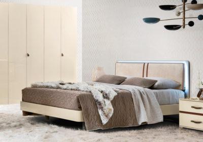Μοντέρνο κρεβάτι με φωτισμό στο κεφαλάρι