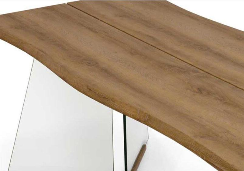 τραπέζι δείπνου με ξύλινη επιφάνεια