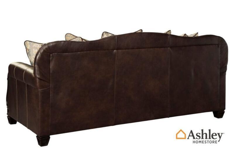 Κλασικός τριθέσιο σκαλιστός καναπές από την Ashley δερμάτινος πλάτη