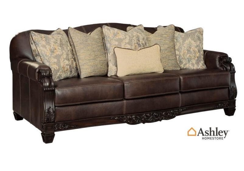 Κλασικός τριθέσιο σκαλιστός καναπές από την Ashley δερμάτινος πλάι