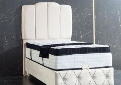 Κρεβάτι με κεφαλάρι με ρίγες