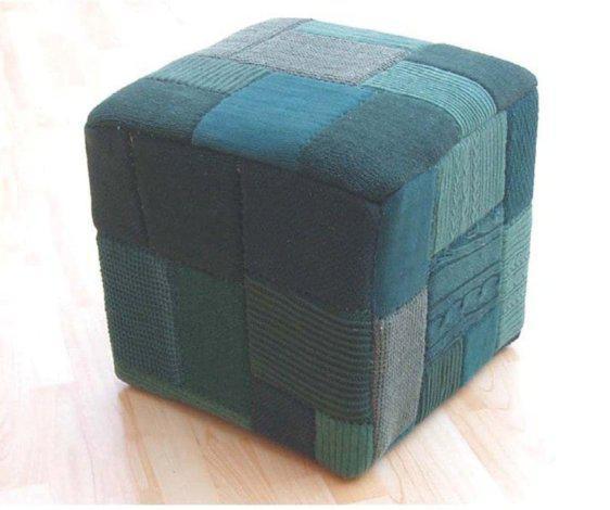 Ένα μοναδικό σκαμπό-πουφ απο κομμάτια πουλόβερ J-Patcwork