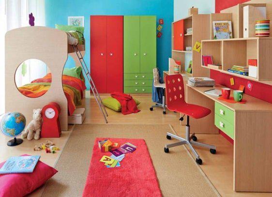 Παιδικό δωμάτιο με κουκέτα σε κόκκινες και πράσινες αποχρώσεις.