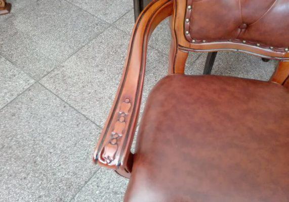 Κλασική Πολυθρόνα Καπιτονέ με Σκάλισμα G-135162